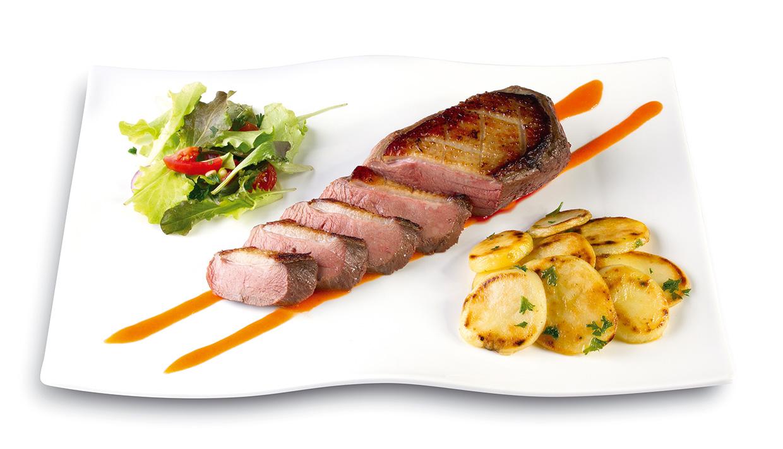 Magret de canard, pomme de terre Sarladaise et son coulis poivron rouge romarin façon parallèle